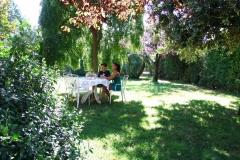 colazione in giardino in estate
